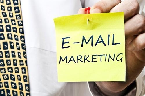 Nhờ có điện thoại, việc check mail đã trở nên dễ dàng hơn và đây cũng trở thành kênh hữu hiệu để doanh nghiệp quảng bá.