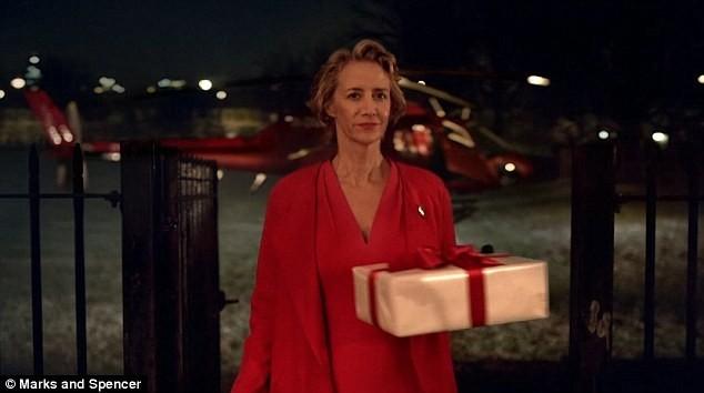 Bà Claus đã bay từ quê hương của ông già Noel - xứ sở Lapland diệu kỳ - tới tận nhà cậu bé Jake bằng trực thăng để có thể kịp đưa quà và trở về nhà trước khi chồng bà hoàn tất chuyến hành trình quan trọng nhất trong năm.