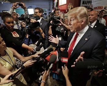 Tài khoản Twitter của ông Trump không chỉ như một cái loa lớn truyền trực tiếp tiếng nói của ông đến người theo dõi mà nó còn là nguồn cung cấp kịch bản cho các bản tin trên truyền hình. Ảnh: Mark Humphrey / AP.