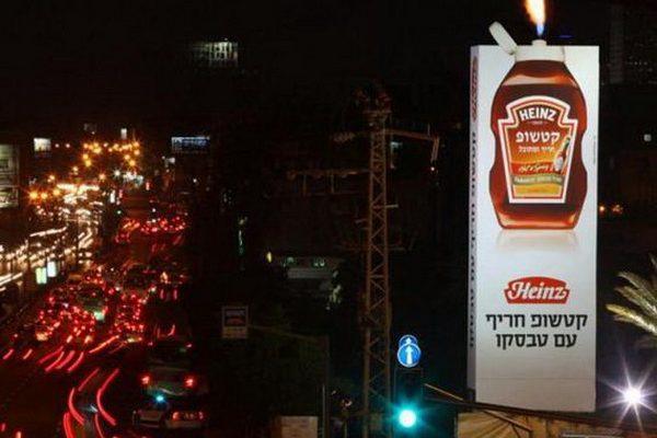 Thông thường người ta chỉ sử dụng hệ thống chiếu sáng bằng bón đèn để biển quảng cáo được nổi bật khi trời tối. Nhưng một công ty đã quảng cáo sản phẩm nước sốt cà chua của mình bằng hiệu ứng ... lửa. Hình ảnh lửa bắn ra từ chai nước sốt muốn ám chỉ đây là loại cực nóng, cực cay.
