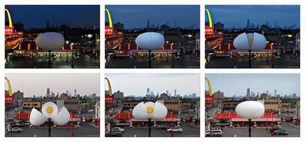 """Một quả trứng to bự đã """"nở"""" khi mặt trời mọc và nó muốn thông báo tới mọi người rằng đã đến giờ ăn bữa sáng tại McDonald."""