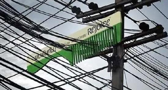 Không chỉ còn là những tấm biển quảng cáo cỡ lớn dưới hình dạng chữ nhật vuông vắn thông thường. Biển quảng cáo dầu gội đầu cách điệu thành chiếc lược chải suôn mượt cả những sợi dây điện rối rắm thì tóc bạn có nề hà gì?
