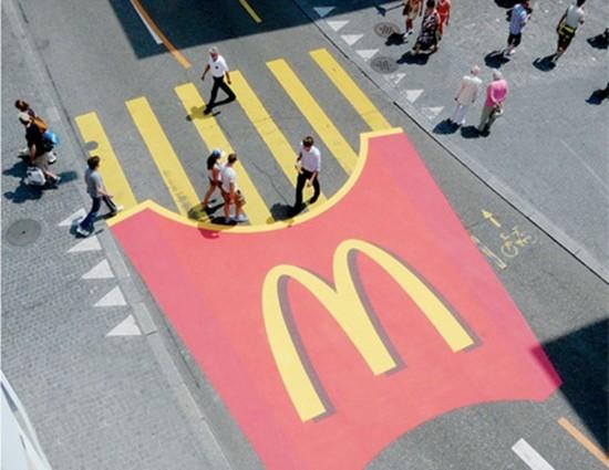 MC Donalds còn biết tận dụng cả phần qua đường dành cho người đi bộ để mau chóng đưa bước chân họ tới cửa hàng của mình.