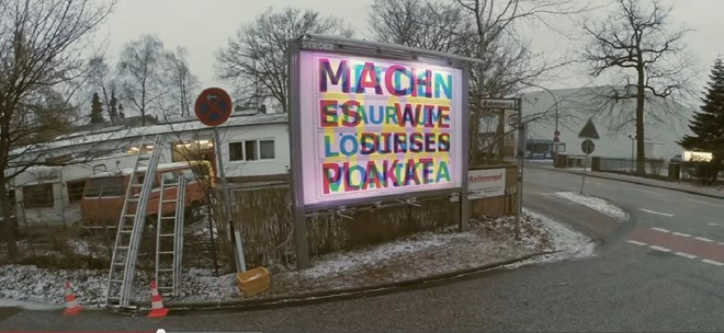 Biển quảng cáo của IKEA được thiết kế hiệu ứng đổi màu và slogan, giúp tận dụng không gian quảng cáo hạn chế.
