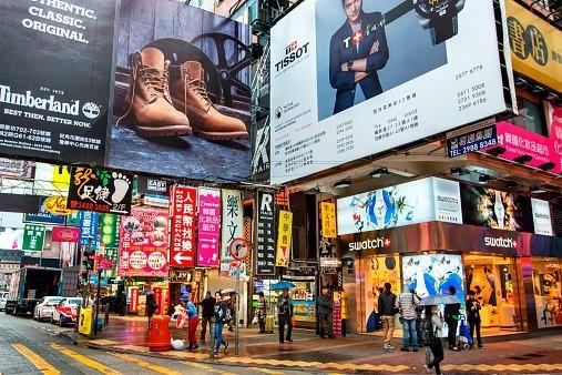 Bảng hiệu quảng cáo dày đặc trên đường phố