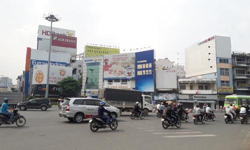 Nhà phố không chỉ thu hút vì giá trị kinh doanh ở khu vực mặt tiền bên dưới mà còn có thêm cơ hội bán không gian bên trên để cho thuê bảng quảng cáo.