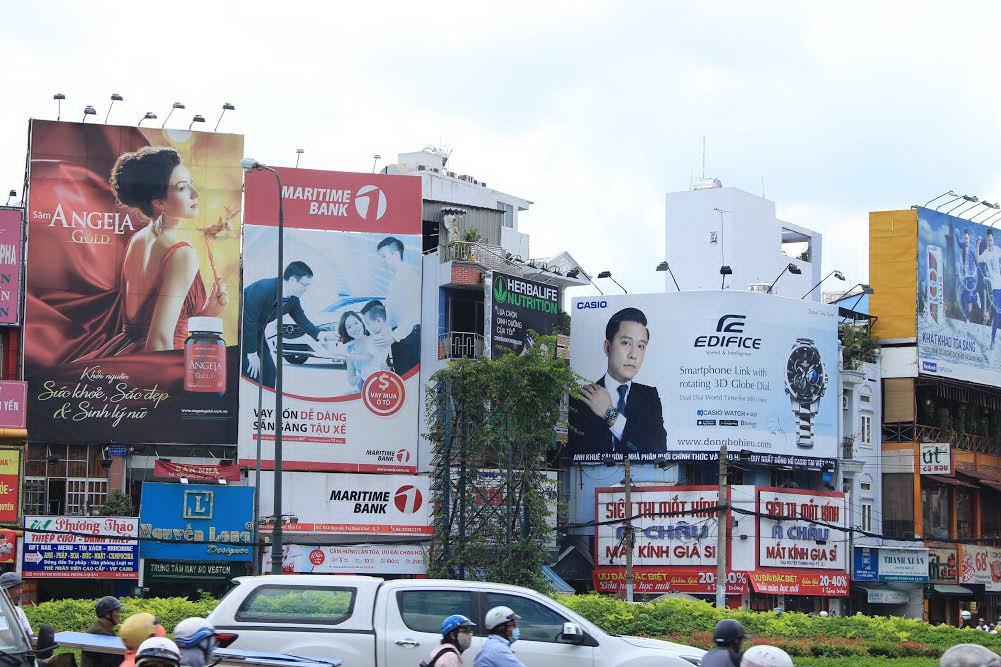"""Biển quảng cáo sai quy định khiến mỹ quan đô thị trở nên """"nhếch nhác"""", lộn xộn."""