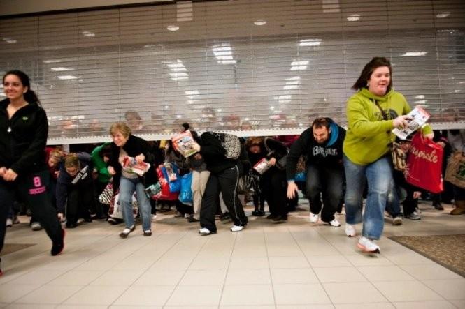 Cảnh tượng chen chúc xếp hàng và tranh nhau mua sắm giảm giá ngày Thứ Sáu đen tối (Black Friday) đang giảm dần vì người tiêu dùng chọn mua sắm trực tuyến tiện lợi hơn. Ảnh minh hoạ: Queue-it.com.
