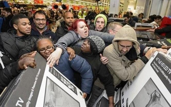 Mua sắm trực tuyến ngày Black Friday sẽ dần thay đổi những hình ảnh này. Ảnh: Telegraph.co.uk.