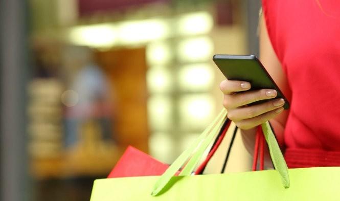 Mua sắm qua di động tăng cao trong mùa mua sắm cuối năm nay. Ảnh: Shutterstock.