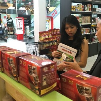 Hàng hóa VN trong một lần quảng bá tại hệ thống siêu thị lớn ở Thái Lan. Ảnh: H.N.