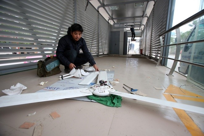 Công nhân lắp đặt thiết bị trong nhà chờ trên đường Tố Hữu.
