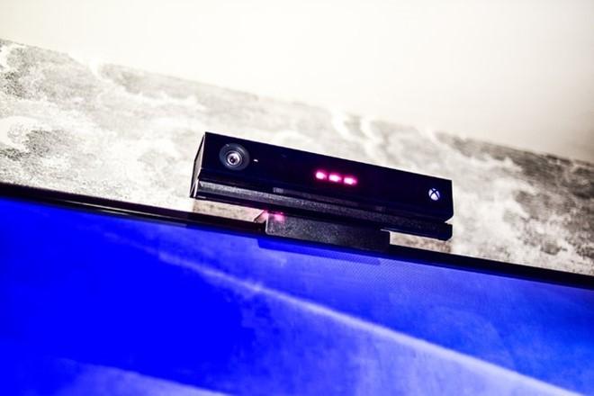Thiết bị theo dõi người dùng đặt trên TV.