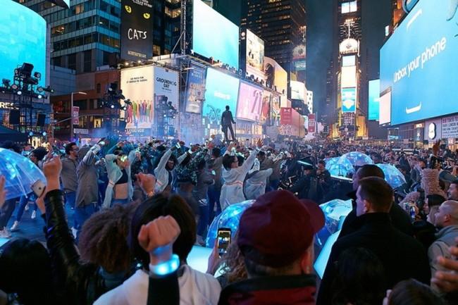 Các vũ công đang trình diễn cùng màn hình quảng cáo Samsung.