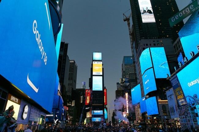 Màn hình quảng cáo của Samsung được đặt ở rất nhiều phía.