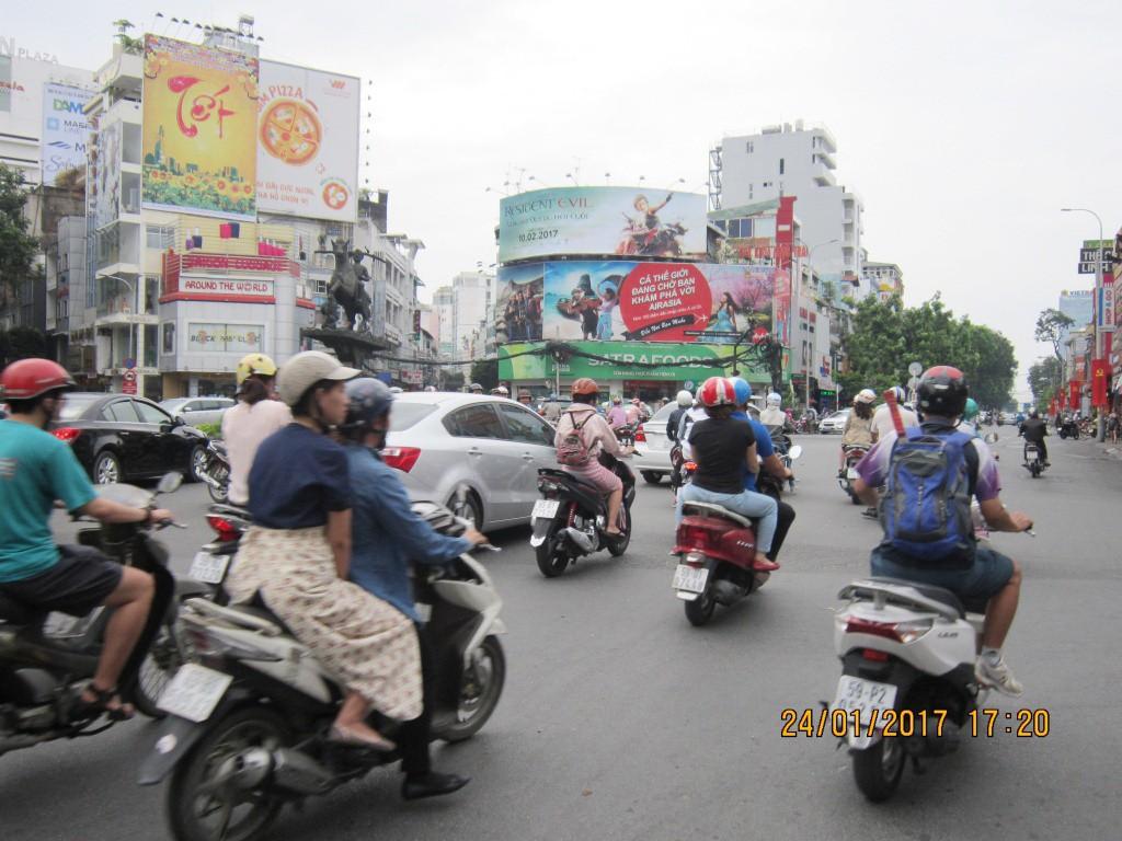 Vị trí billboard tại vòng xoay Phù Đổng. Vị trí nhìn rõ từ các hướng đi các quận trung tâm của các hướng