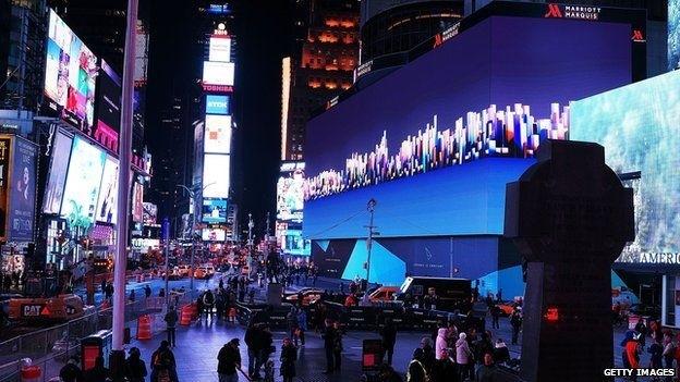 Biển quảng cáo điện tử khổng lồ cao 8 tầng nhà trên quảng trường Thời đại, Mỹ.