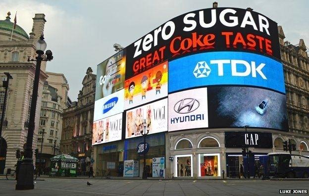 Công ty điện tử TDK của Nhật Bản đã đặt quảng cáo ở Piccadilly Circus suốt 24 năm qua, nhưng mới đây đã không ga hạn hợp đồng. Vị trí mà TDK để lại chắc chắn sẽ thu hút sự quan tâm của nhiều công ty lớn trên thế giới.