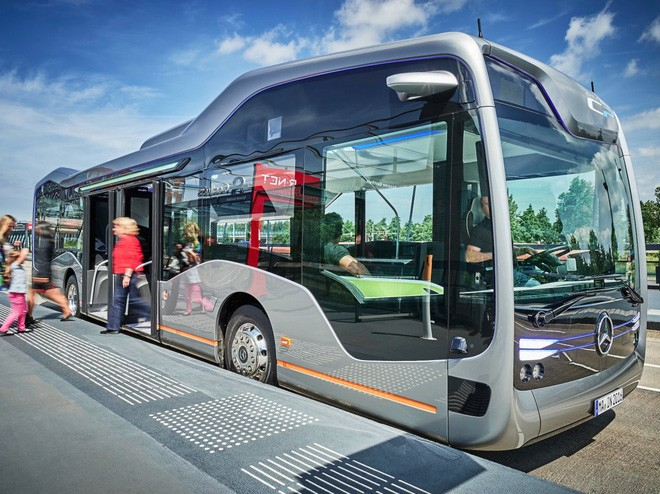 Chiếc buýt tấp vào lề một cách chính xác, thông minh.