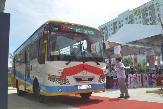 Xe buýt đưa đón những vị khách đầu tiên