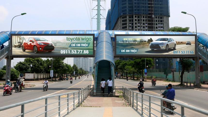 Quảng cáo trên cầu vượt đi bộ