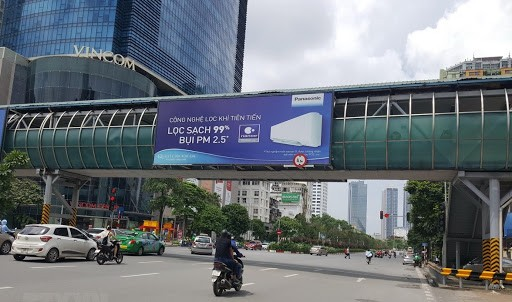 Quy định về quảng cáo trên cầu vượt đi bộ tại Hà Nội