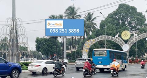Billboard quảng cáo tại hoa viên Đinh Tiên Hoàng, Buôn Ma Thuột, Đắk Lắk