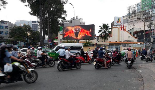 Màn hình LED tại giao lộ Nguyễn Thị Minh Khai - CMT8, Quận 1, TPHCM