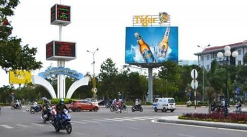 Billboard tại Ngã tư Trường Trinh, Nguyễn Tất Thành, Quy Nhơn, Bình Định