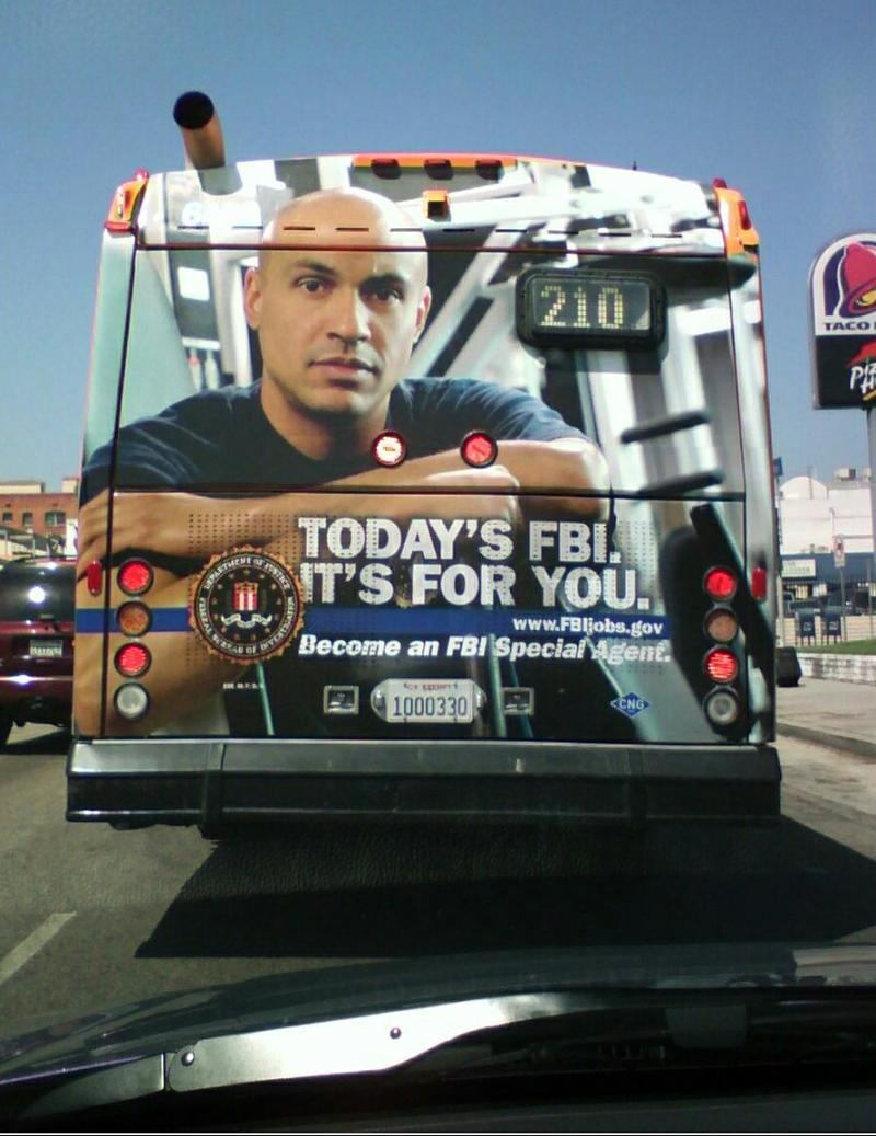 Quảng cáo sau xe bus
