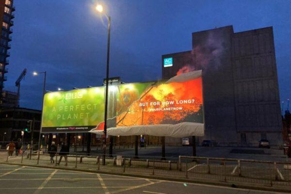 Ý nghĩa đằng sau tấm biển quảng cáo bốc cháy của BBC